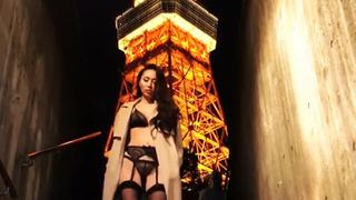 正妹暴露狂在東京鐵塔前穿情趣內衣下樓梯!