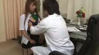 【盗撮】産婦人科でキチ○イ医師に執拗にクリちゃんを弄られ思わず感じちゃう美少女JKを隠し撮り!