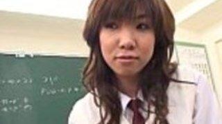 彼女のユニフォームスカートの上に小さなキムを見せてくれる女子高生学校の甘い女の子