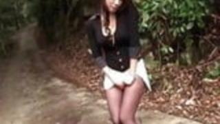 日本の夏休みに小林玲子が素敵な脚をデート