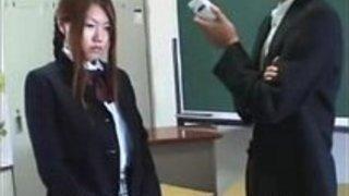 制服女子校生の綺麗なお尻が真っ赤になるほどスパンキング!