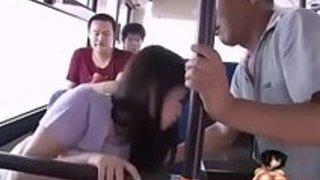 バスの後部座席でおじさんとセックスしてるのを他の乗客に見られる