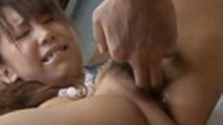 彼女の毛皮の膣の中で坂下真希は喜びを感じる