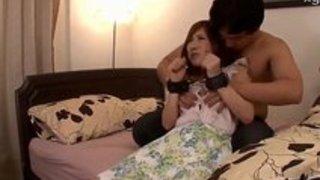【熟女熟女エロ動画】美巨乳で美人な熟女が、束縛された夫の前で他人棒にハメられる凌辱3P。抵抗しつつも激しいピストンに感じてしまう…