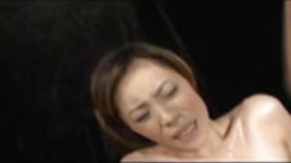 赤いドレスでなつみ三津日本の熟女は毛深いニャンニャンを広げ