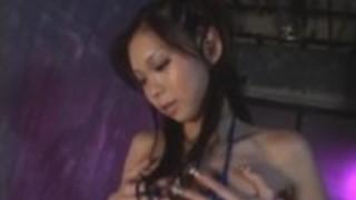 長い爪を持つミミは女にバイブレーターを楽しみます