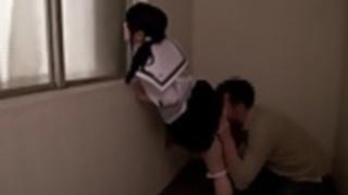 小柄日本の女子学生のおもちゃは刺激します