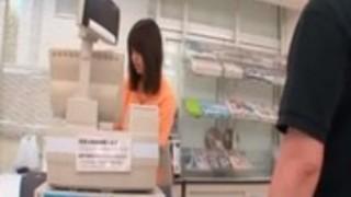 甘いアジアの店員の女がスカートをからかわれます