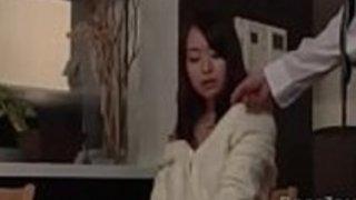 日本の奥さん夫人は、彼女の夫と一緒に厄介な演奏をする