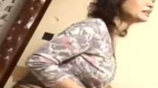 【里中亜矢子クンニ】五十路の女将熟女、里中亜矢子のマッサージ手ヌキ顔面騎乗プレイ動画!