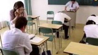 美女女教師佐々木あきが教室で生徒を誘惑してフェラをしちゃうエロ動画