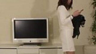 日本の美女はパンティーストッキングを脱いでボンデージに切り替える