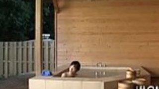 痩せた日本の若い老人は、情熱的に大きな巨根を吸う