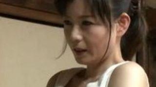 【三浦恵理子母子相姦】四十路の熟女お母さんおばさんの、三浦恵理子の母子相姦おしっこ疑似プレイ動画。